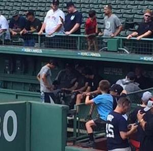 連日のブルペン入りをし、投球フォームをタブレット端末で確認したヤンキースの田中