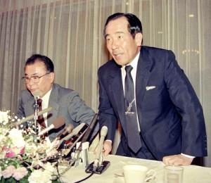 阪急の身売りで記者会見に臨む上田利治監督(右、88年10月19日)