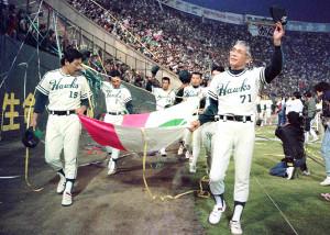 大阪球場での最終戦後、球団旗を持って手を振る南海・杉浦忠監督(右、88年10月15日)