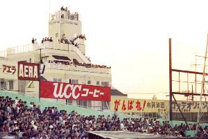 川崎球場近くの建物屋上からロッテ対近鉄戦を観戦する多くのファン(88年10月19日)