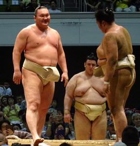 大相撲の夏巡業で、琴ノ若に稽古をつける白鵬(左)
