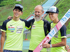 試合後、「チーム土屋」で記念撮影する(左から)伊藤、シャラート新コーチ、小林陵