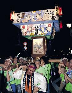 「京アニを励ましたい」というファンによって担がれた「らき☆すた神輿」