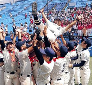 28年ぶり3回目の優勝を決めた国学院久我山ナインは、尾崎監督を胴上げして喜んだ(カメラ・池内 雅彦)
