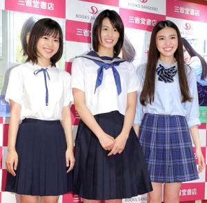 さわやかな制服姿で登場した(左から)松風理咲、竹内愛紗、長見玲亜