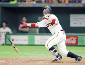 6回2死、満塁本塁打を放った炭谷銀仁朗(カメラ・清水 武)