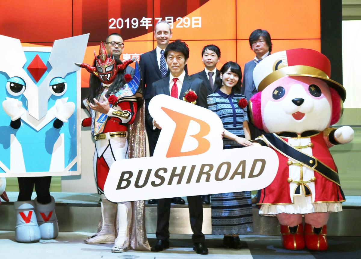 上場セレモニーを行った(前列左から)獣神サンダー・ライガー、橋本義賢社長、愛美ら