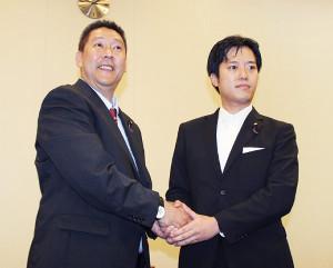 「NHKを国民から守る党」に入党した丸山穂高衆院議員(右)と同党の立花孝志代表