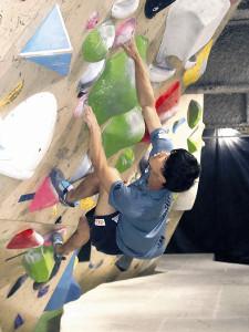 ジムの壁に挑む藤 井。力を入れた瞬間、左腕に筋肉が浮き出る