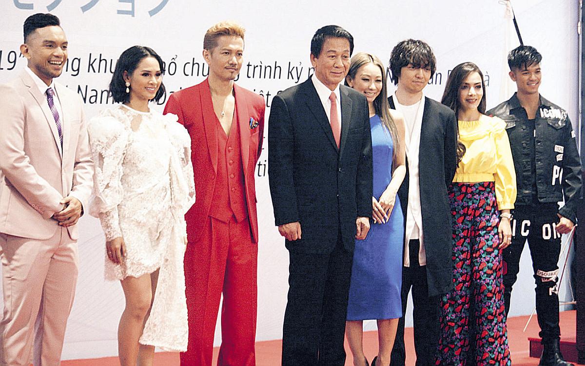 音楽祭には7か国のアーティストが競演。日本からはEXILE・ATSUSHI(左から3人目)、倖田來未(同5人目)、三浦大知(同6人目)が参加