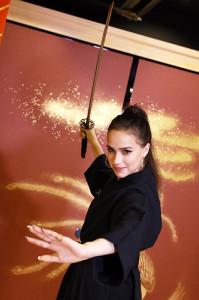 日本刀を初体験したザギトワ