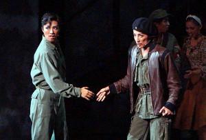宝塚歌劇月組公演「チェ・ゲバラ」の一場面。エルネスト・ゲバラ(轟悠、右)とフィデル・カストロ(風間柚乃)