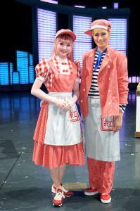 宝塚大劇場での星組「GOD OF STARS」の新人公演を終え、舞台上で笑顔の天飛華音(右)と舞空瞳