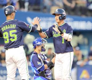 4回無死一塁、山田哲人は左中間に同点となる23号2ラン本塁打を放ち、土橋勝征コーチ(左)に迎えられた