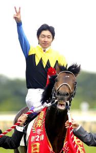 第72回日本ダービー表彰式で2冠達成のポーズを決める武豊騎手