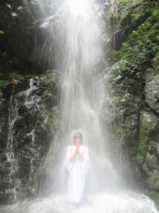 「払いたまえ清めたまえ」。高さ18メートルの滝に打たれながら大声で繰り返した寺島