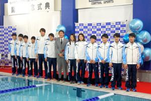 記念イベントに登場した松元克央(左から5番目)とスポーツ庁の鈴木大地長官(左から7番目)