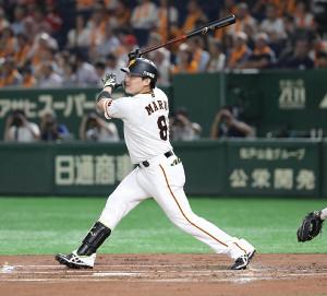 1回1死一塁、左翼線に適時二塁打を放った丸