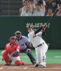 6回2死、岡本和真が左翼フェンス直撃の二塁打を放つ(捕手・会沢)
