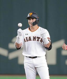 2回無死、ゲレーロが右中間に二塁打を放ち、塁上でポーズ