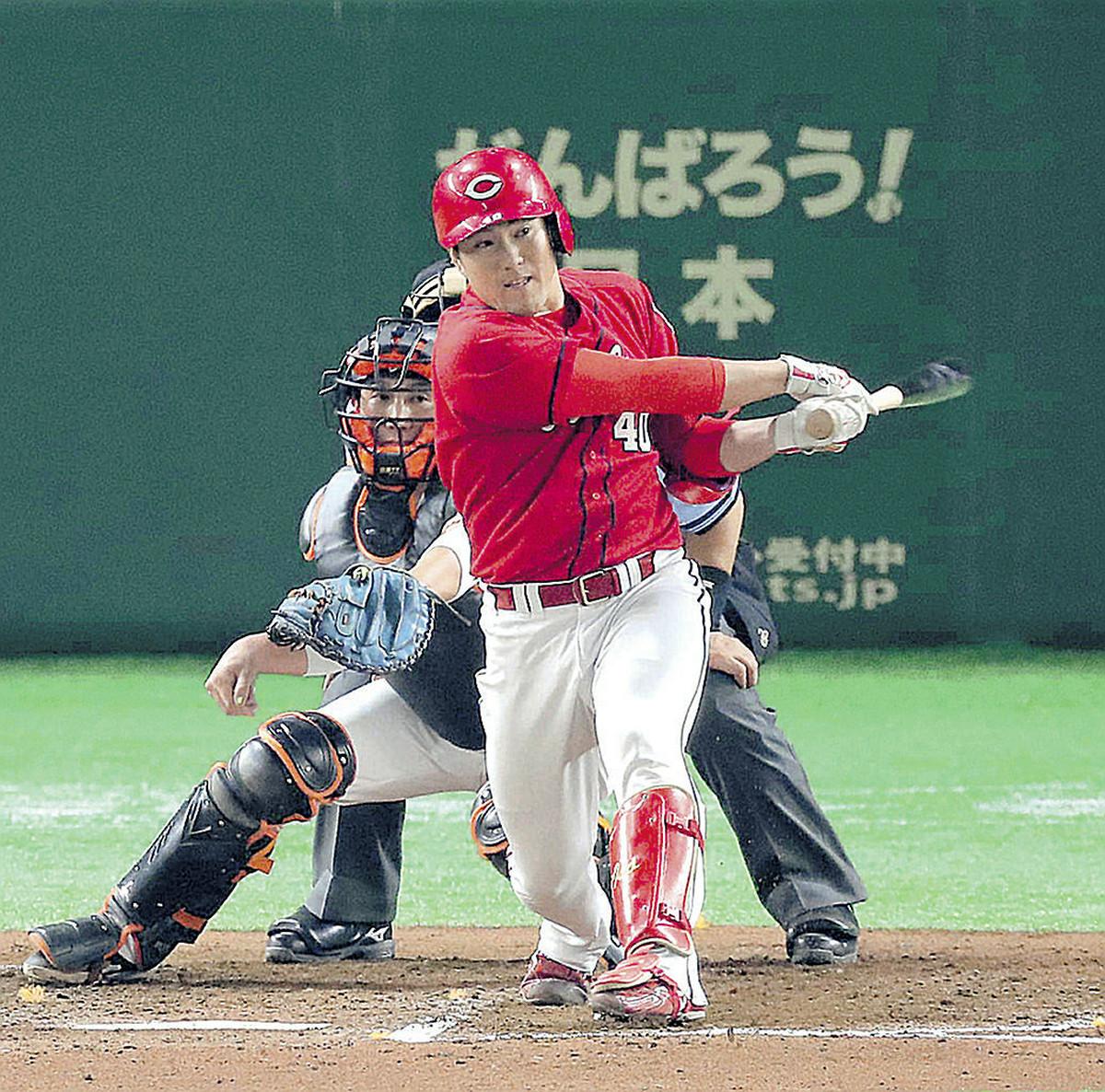 7回無死一、二塁、磯村が勝ち越しの左前適時打を放つ(捕手・小林)