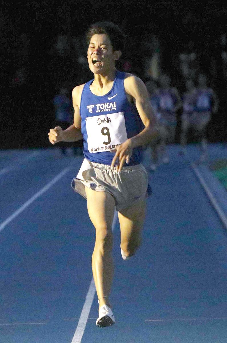 東海大競技会男子1500メートル最終組でトップでゴールする飯沢千翔