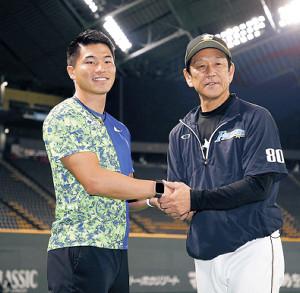 札幌ドームを訪れ、日本ハム・栗山監督(右)と握手する小池