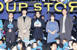 初日舞台あいさつを行った(左から)山田孝之、坂口健太郎、佐藤健、有村架純、井浦新