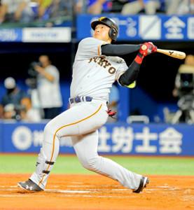 6回2死一、二塁、左越えにの3点本塁打を放つ岡本和真(カメラ・泉 貫太)