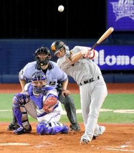 8回無死一、三塁、左中間に同点二塁打を放つ坂本勇人(カメラ・池内 雅彦)