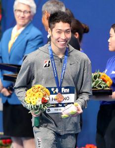 男子200メートル個人メドレー3位の表彰を受ける萩野公介(カメラ・佐々木 清勝)