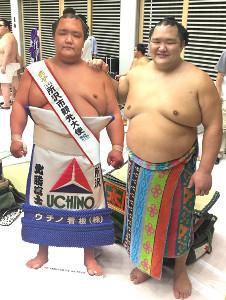 自身の等身大パネルと並ぶ北勝富士