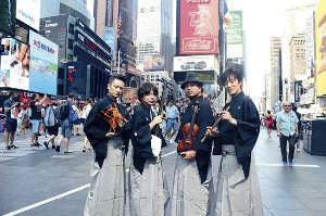 タイムズスクエアを和装で練り歩いた竜馬四重奏の(左から)仁、雅勝、竜馬、翠