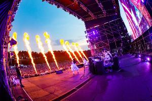 ライブのタイトル「Flamme」(ドイツ語で炎)にあわせ、炎を活用した演出が行われた(C)BanG Dream! Project Photo:畑聡、新妻和久