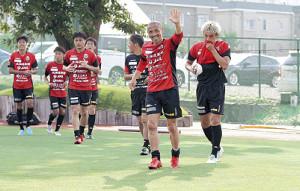 練習後、クラブハウスに向かって手を振る札幌MF小野(右から2人目)