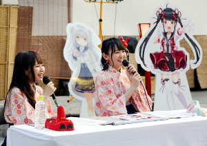 温泉むすめ初の屋外イベントに参加した桑原由気(左)と高木美佑