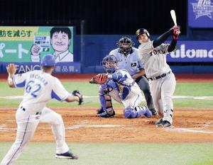 7回2死二、三塁、岡本は空振り三振に倒れる(投手・エスコバー、捕手・嶺井=カメラ・宮崎 亮太)