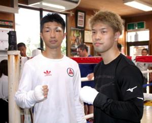 公開スパーリングを前に、そろって会見した兄・亮明(左)、弟・恒成の田中兄弟