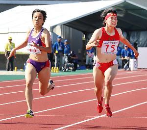 女子100メートルで優勝した御家瀬緑(左)と2位の石堂陽奈。北海総勢でワンツー