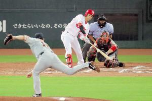 7月19日の巨人戦で7回、西川が二塁打を放つ