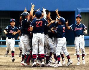 全国制覇を果たし、歓喜の大阪泉州ナイン