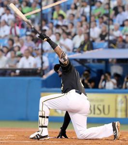 地面に右手をつきながら、左翼席に先制ソロを運んだ阪神・マルテ