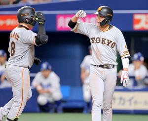 5回2死一塁、丸(左)の本塁打で生還した一塁走者の坂本勇