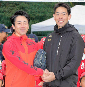 昨年12月、子供たちと野球で交流した西武・秋山(右)と小泉進次郎衆院議員