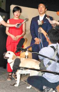 7日夜、横須賀市内で取材に応じる小泉進次郎氏と滝川クリステル。手前は愛犬の「アリス」(カメラ・増田 寛)