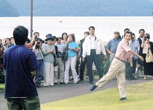 父の小泉純一郎氏(右)とキャッチボールする進次郎氏(2001年)