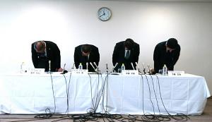 ラグビー部の不祥事発覚後、初めて記者会見を行ったトヨタ自動車の河合副社長(左から2人目)らは頭を下げて謝罪した