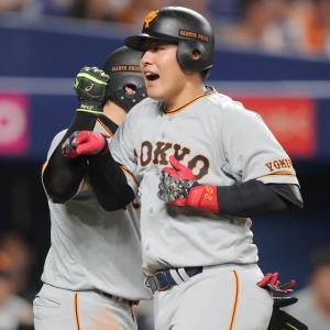 4回1死一塁、岡本和真(右)が右越え2ランを放ち、丸佳浩の祝福を受ける(カメラ・保井 秀則)
