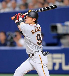 5回2死二塁、左越えの適時二塁打を放つ亀井善行(カメラ・泉 貫太)