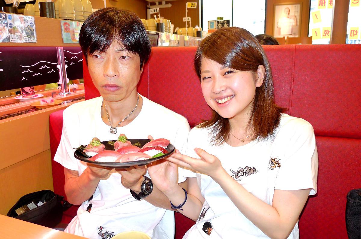 ウェディングケーキならぬウェディングすしを手にほほえむ森田(右)と照れ隠しで表情が硬い守田